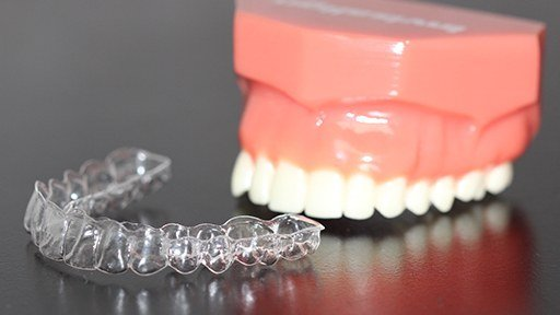 Model teeth and Invisalign tray